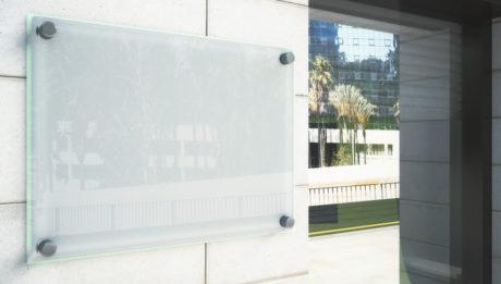 A MultiGráf Stúdió Bt. kedvező árakon készít minőségi cégtáblákat.